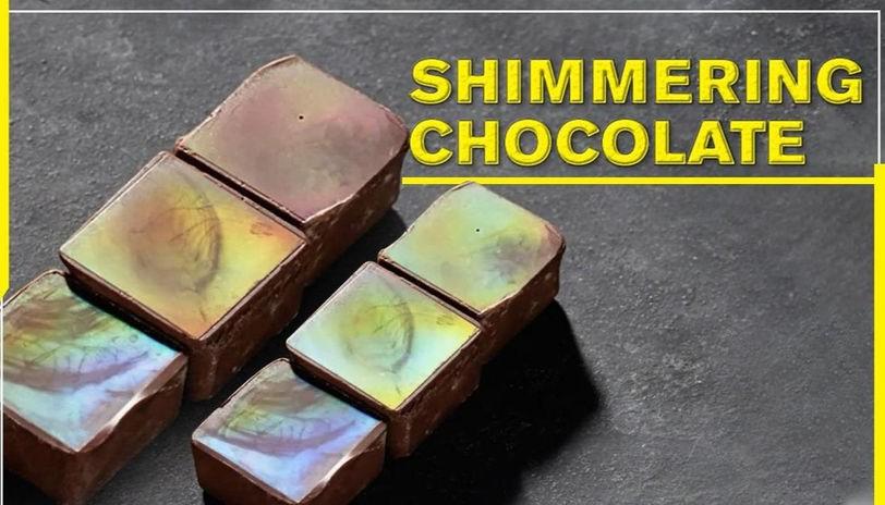 Отпечаток дает шоколаду радужное мерцание.
