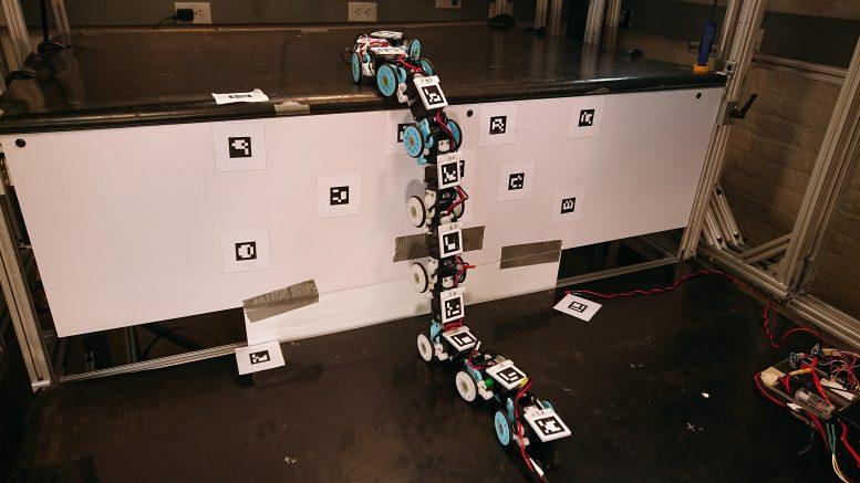 Скользящие змеи на 2D плоскости - поисково-спасательные роботы.